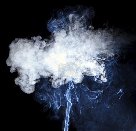 Photo pour Fumée isolée sur fond noir - image libre de droit