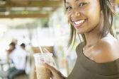 Portrét mladé ženy s ledový nápoj