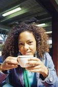Mladá žena pít horký nápoj