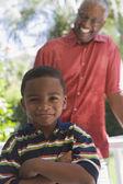 Africký Americký dědeček se usmívá na vnuka