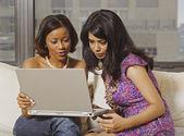 multiethniques femmes regardant portable