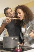 Több-etnikumú pár konyhában főzés
