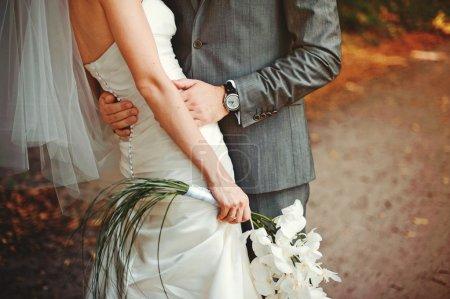Photo pour Mariée et marié s'embrassent - image libre de droit