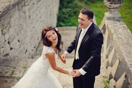 Photo pour Couple marié éclats de rire, portrait émotionnel - image libre de droit