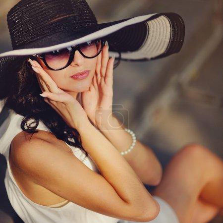 Photo pour Jolie jeune fille sexy d'été portant un chapeau - image libre de droit