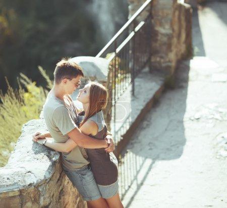 Photo pour Je t'aime tellement. Doux couple d'ados embrassant dans la rue. De grandes relations . - image libre de droit