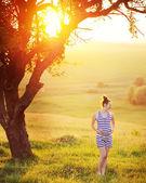 šťastné těhotná žena v krásné zahradě