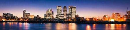 Photo pour Canary Wharf au crépuscule, célèbres gratte-ciel du quartier financier de Londres au crépuscule. Cette vue comprend : Credit Suisse, Morgan Stanley, HSBC Group Head Office, Canar - image libre de droit