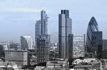 Photo pour Ville de Londres l'un des principaux centres de la finance mondiale. Cette vue comprend la tour 42 Gherkin, l'édifice Willis, la tour de la Bourse et le Lloyd's de Londres . - image libre de droit