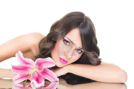 hinreißende junge Frau mit rosa Lilie