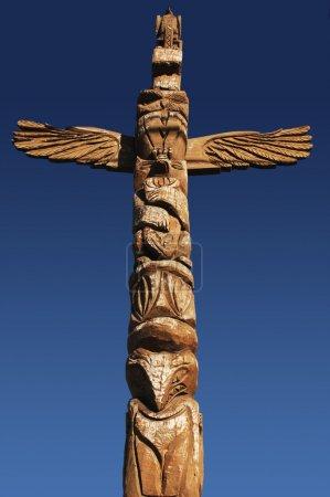 Photo pour Totem indien américain contre ciel bleu - image libre de droit