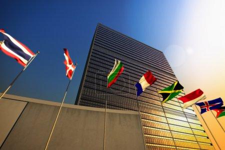 Photo pour Le bâtiment des Nations Unies au coucher du soleil - image libre de droit