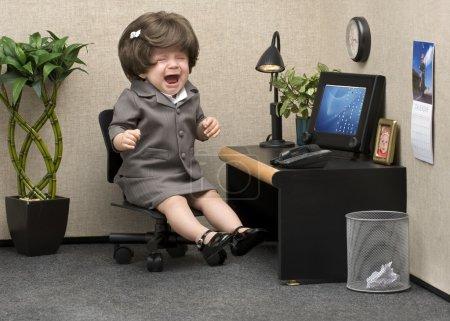 Photo pour Bébé habillé en tenue de bureau professionnelle pleurant à son bureau - image libre de droit