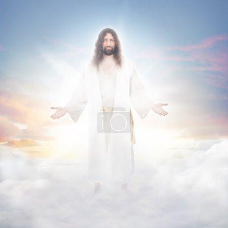 Foto de Jesús resucitado en nubes celestiales bañadas en luz luminosa - Imagen libre de derechos