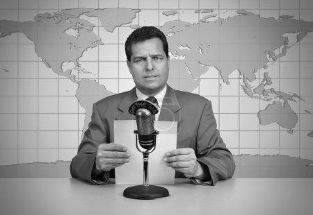 Photo pour 1950 ère TV présentateur de nouvelles lisant les nouvelles - image libre de droit