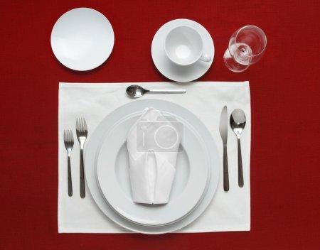 Foto de Lugar lleno de mesa sobre un mantel rojo - Imagen libre de derechos