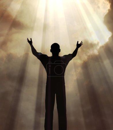 Photo pour Un homme tenant les bras en l'honneur d'un coup de soleil - image libre de droit