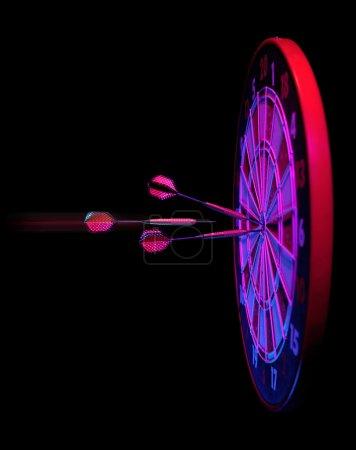 Photo pour Fléchettes frapper jeu de fléchettes bullseye sur noir - image libre de droit