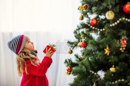 Photo pour Fille avec cadeau de Noël - image libre de droit