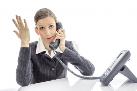 Photo pour Femme d'affaires impatient au comptoir blanc, faire un appel téléphonique. - image libre de droit
