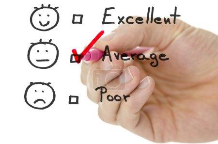 Photo pour Formulaire d'évaluation du service clientèle avec dessin à la main masculin coche rose en moyenne . - image libre de droit