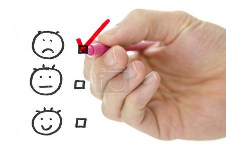 Photo pour Formulaire d'évaluation du service à la clientèle avec dessin à la main masculin rose coche sur pauvre . - image libre de droit