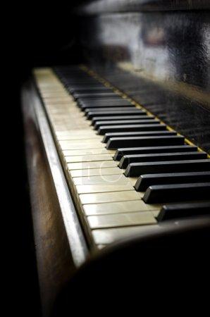 Photo pour Détail du clavier piano vieux et sale . - image libre de droit