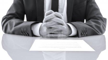 Photo pour Détail de l'avocat, assis au bureau blanc avec ses mains ensemble. ce qui donne de la notion de conseils. - image libre de droit