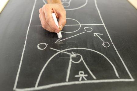 Photo pour Gros plan de stratégie de jeu de dessin d'entraîneur de basket-ball sur le tableau noir . - image libre de droit