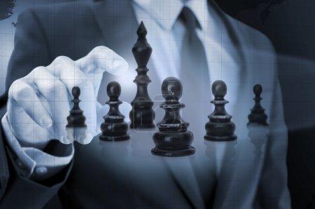 Photo pour Homme d'affaires, naviguant d'échecs figures dans l'espace virtuel. concept de stratégie d'entreprise. - image libre de droit