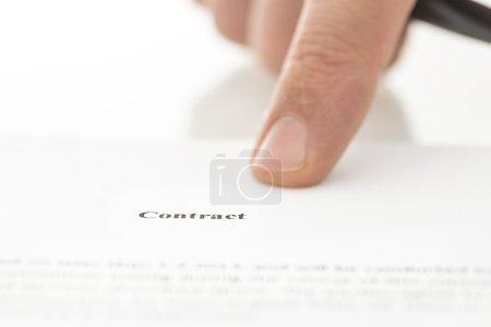 Photo pour Gros plan du doigt masculin pointant vers le contrat . - image libre de droit