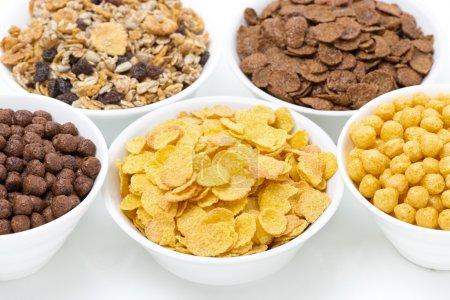 Photo pour Assortiment céréales pour petit déjeuner dans des bols, gros plan - image libre de droit