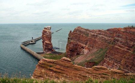 Photo pour Ligne de falaise de heligoland avec la hauteur anna, l'emblème de heligoland nuageux - image libre de droit