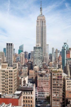 Photo pour New York Manhattan Midtown vue panoramique aérienne avec gratte-ciel et ciel bleu dans la journée - image libre de droit