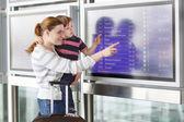 Anya és kis fia a repülőtéren