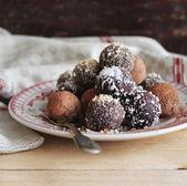 Různé tmavé čokoládové lanýže s kakaového prášku