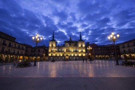 Photo pour Vue de nuit de Plaza Mayor et ancien conseil de Léon, Espagne - image libre de droit