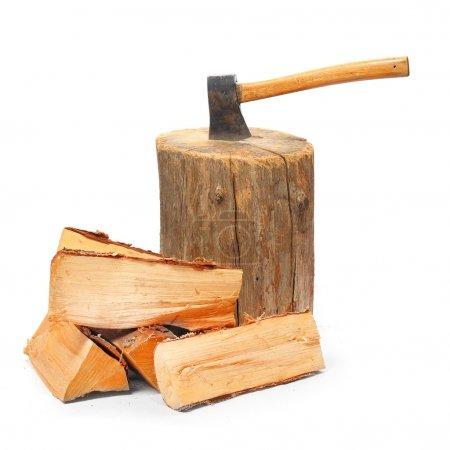 Photo pour Billes coupées feu bois et vieille hache. ressource renouvelable d'une énergie. concept écologique - image libre de droit