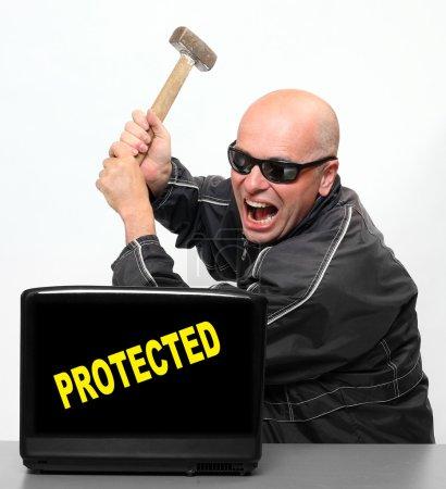 Photo pour Pirate informatique frustré et ordinateur portable protégé - image libre de droit