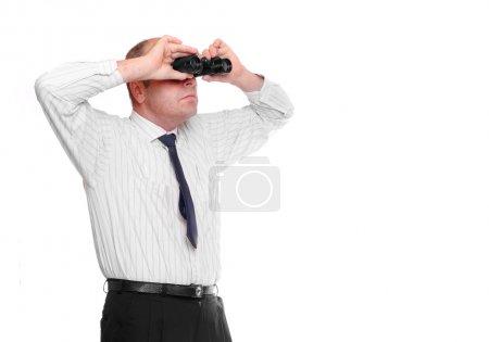 Photo pour Homme d'affaires regardant à travers les jumelles - image libre de droit