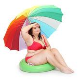 Legrační obézní žena na pláži