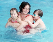 šťastná rodina, plavání v bazénu