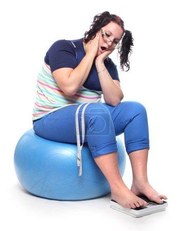 Photo pour Femme frustrée avec une machine de pesage . - image libre de droit