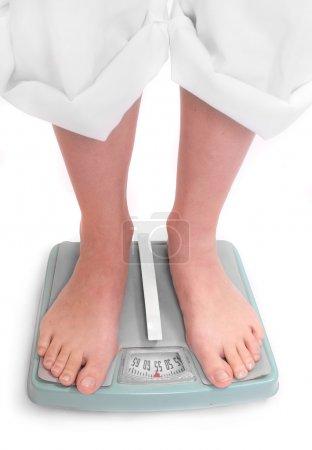 Photo pour Jeune femme sur une machine à peser . - image libre de droit