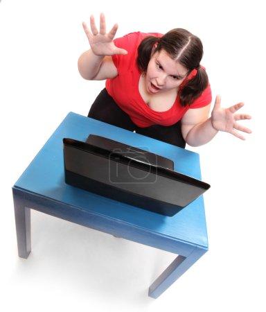Frustrierte Frau mit Laptop
