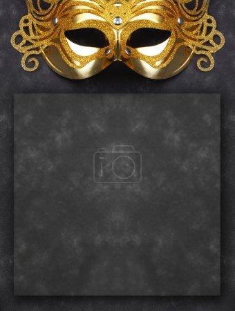 Photo pour Masque décoré pour mascarade sur fond sombre avec de la place pour votre texte. Idéal pour les brochures et publicités d'Halloween. Produit en papier fait maison non autorisé . - image libre de droit