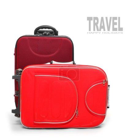 Photo pour Deux sacs de voyage rouges sur fond blanc . - image libre de droit