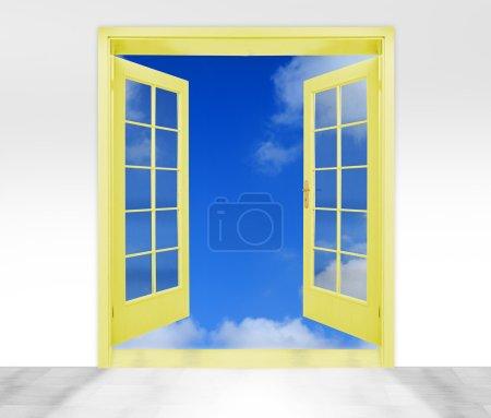 Photo pour Portes ouvertes au ciel - image conceptuelle - métaphore d'entreprise - image libre de droit