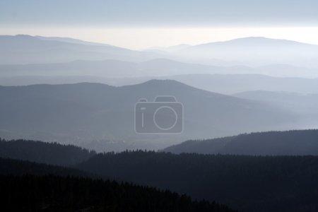 Photo pour Montagnes dans le brouillard du matin - image libre de droit