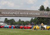 Corvette colorati in linea presso il parcheggio di indianapolis motor speedway